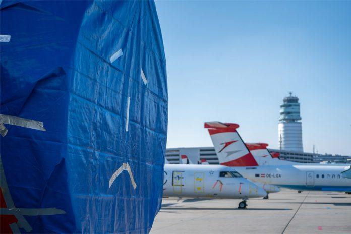 Грустный смайл на чехле двигателя самолета Austrian Airlines
