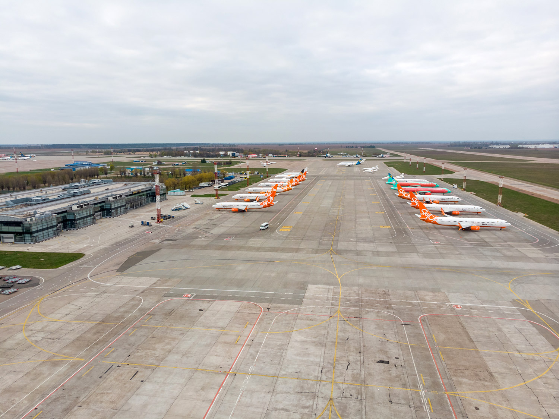 Вид с дрона на терминал F и перрон с самолетами в аэропорту Борисполь