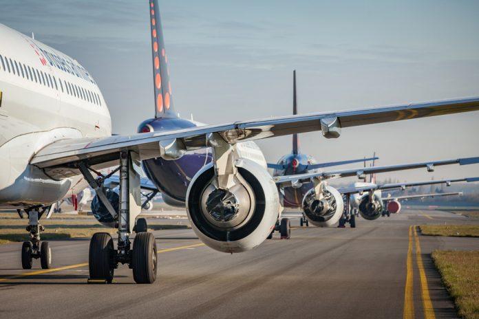 Ряд запечатанных и готовых к длительному хранению самолетов Brussels Airlines на рулежке в аэропорту Брюсселя