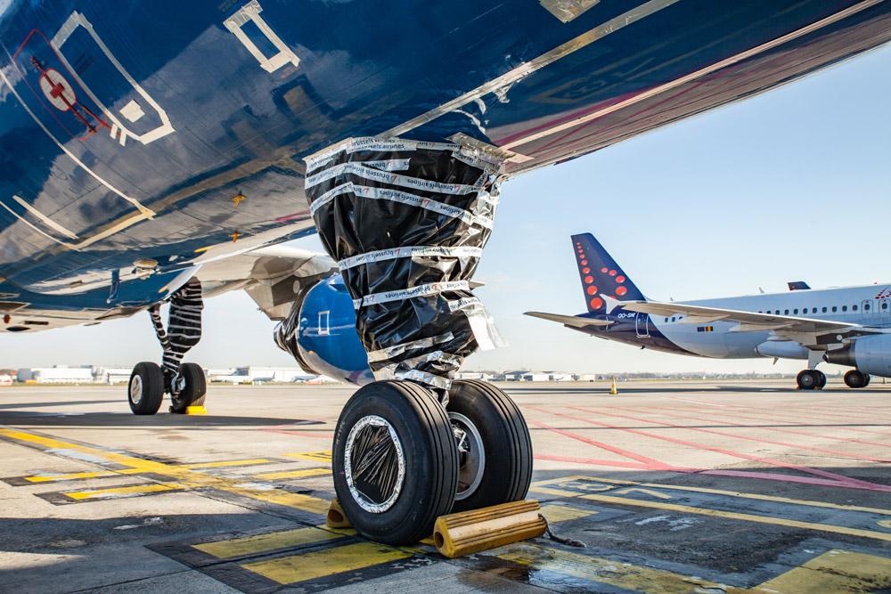 Покрытая пленкой стойка шасси самолета. Такая консервация позволяет избежать появления гнезд птиц в механизме шасси