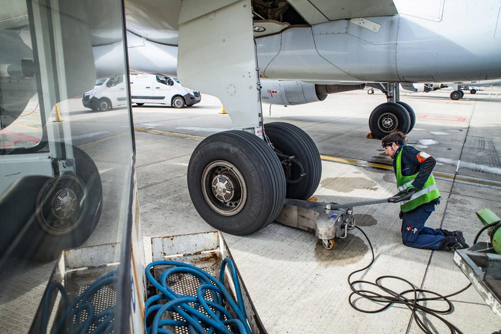 Домкрат для поднятия стойки шасси, чтобы можно было прокрутить колесо самолета