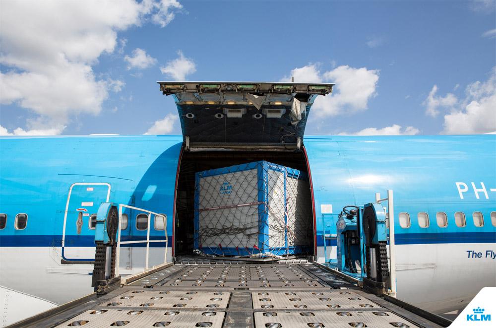 Загрузка контейнера в салон самолета Boeing 747 Combi через верхний люк