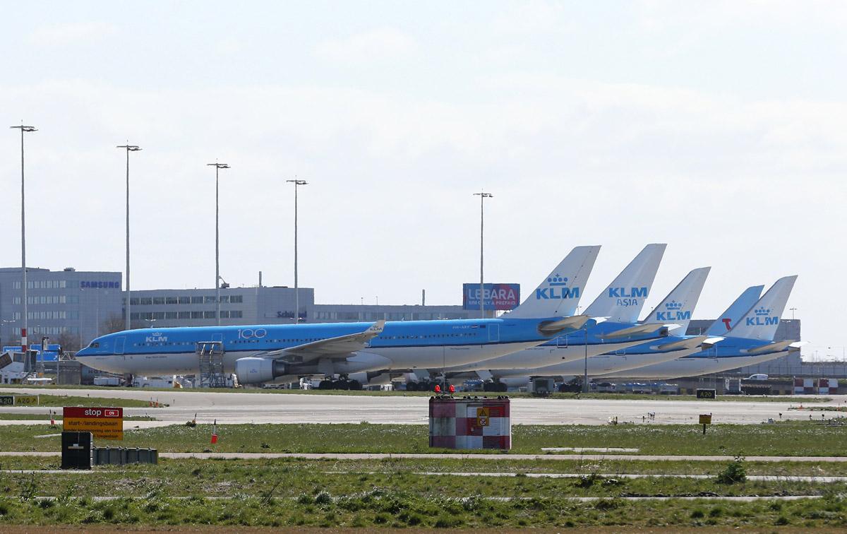 Стоянка остановленных самолетов KLM в аэропорту Схипхол