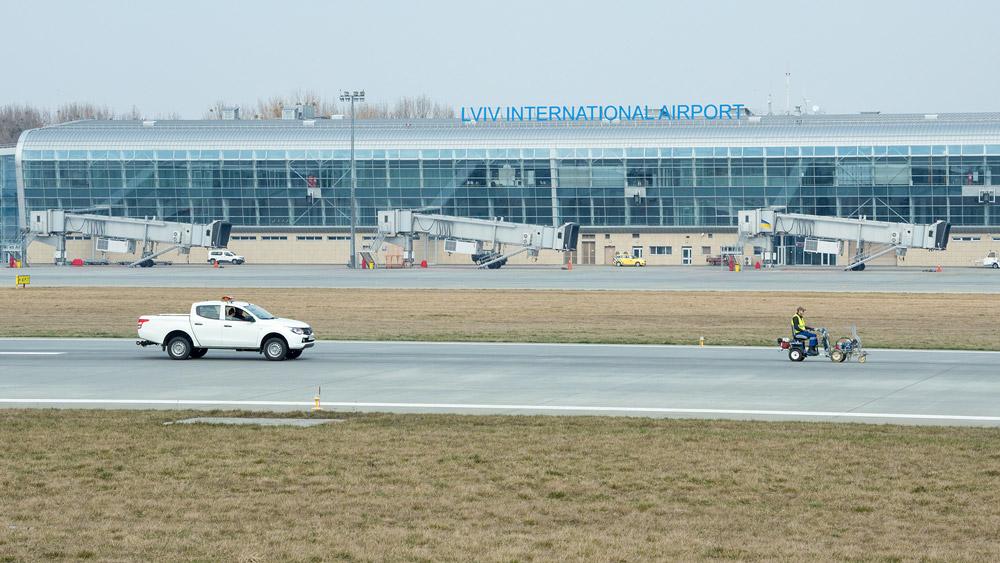 Обновление разметки на полосе в аэропорту Львов