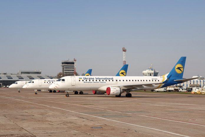 Embraer 190 МАУ на хранении на перроне около терминала B