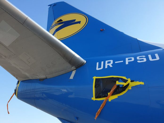 Защитная пленка на фюзеляже самолета обязательно снабжается лентой remove before flight - убрать перед вылетом