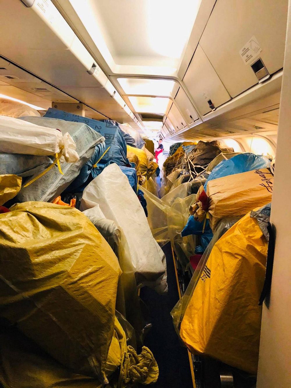 Мешки с почтой в пассажирском салоне Boeing 767 МАУ