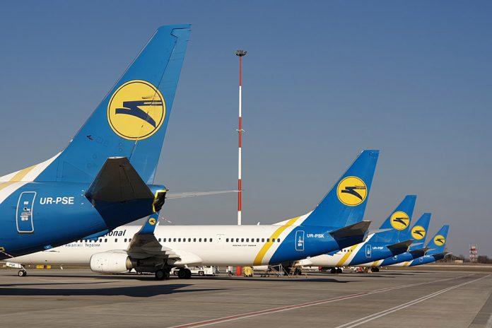 Хвосты самолетов МАУ в аэропорту Борисполь