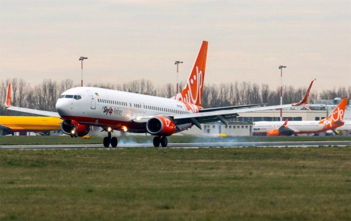 Boieng 737-800 SkyUp заходит на посадку в аэропорту Варшавы