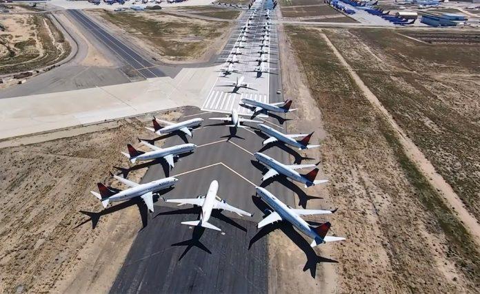 Вид на запаркованную самолетами взлетно-посадочную полосу аэропорта Викторвилла Southern California Logistics Airport