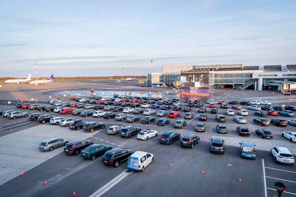 Автокинотеатр на перроне в аэропорту Вильнюса