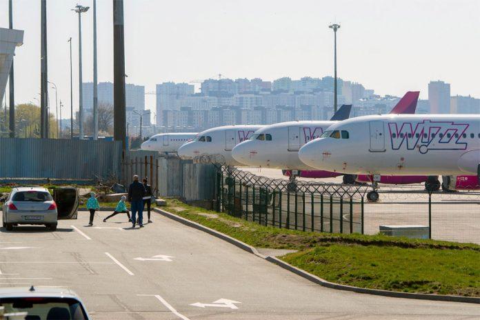 Самолеты Wizz Air на стоянке в аэропорту