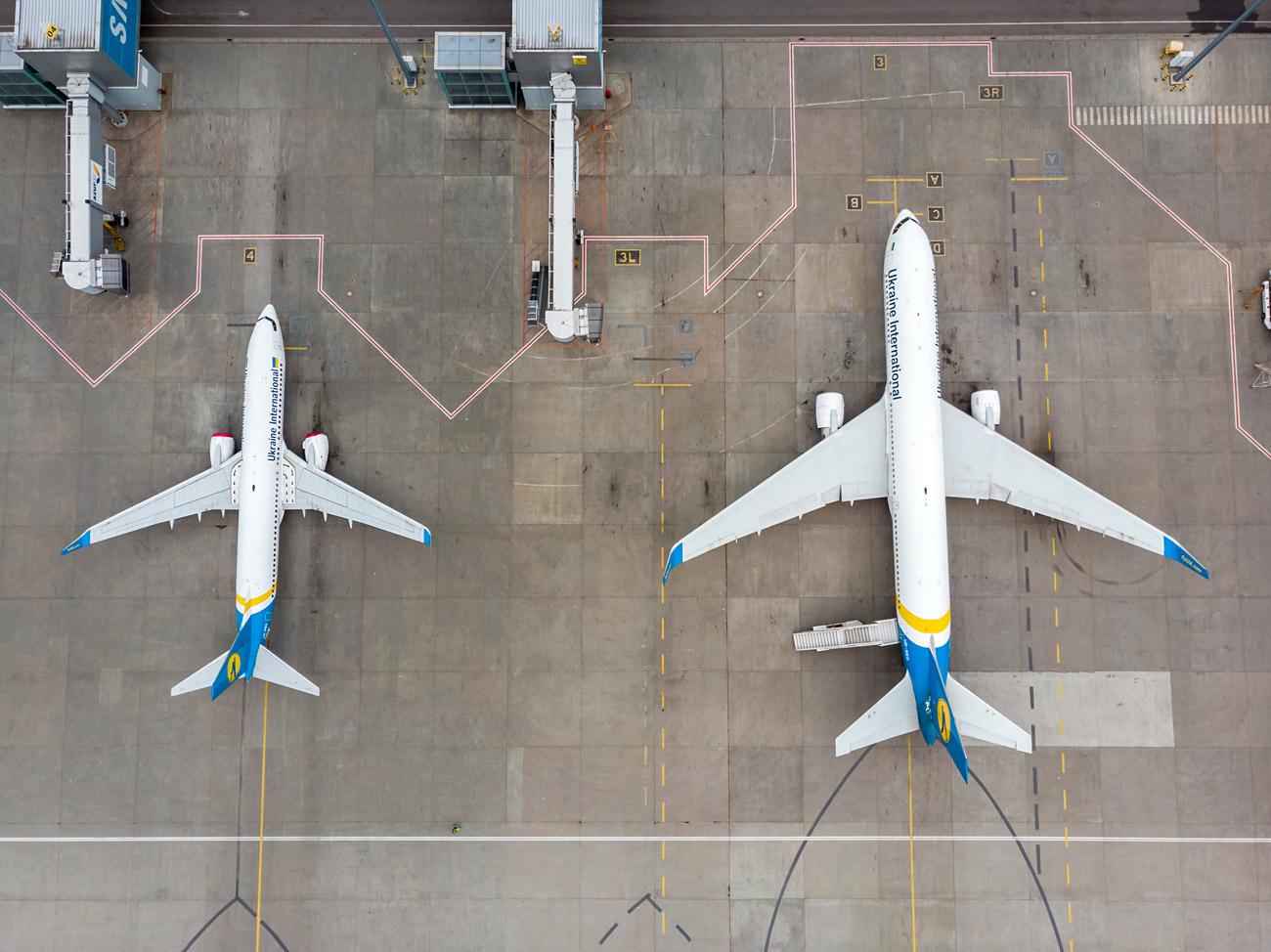 Самолеты МАУ на перроне у терминала D в аэропорту Борисполь. Фото с дрона