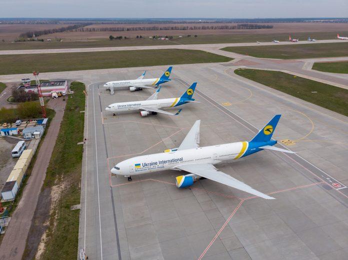 Дальнемагистральный флот МАУ - Boeing 767 и Boeing 777 - на стоянках в аэропорту Борисполь