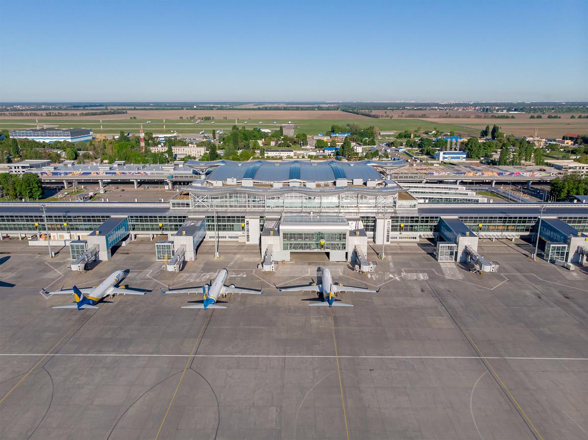 Центральная часть терминала D в аэропорту Борисполь и припаркованные самолеты