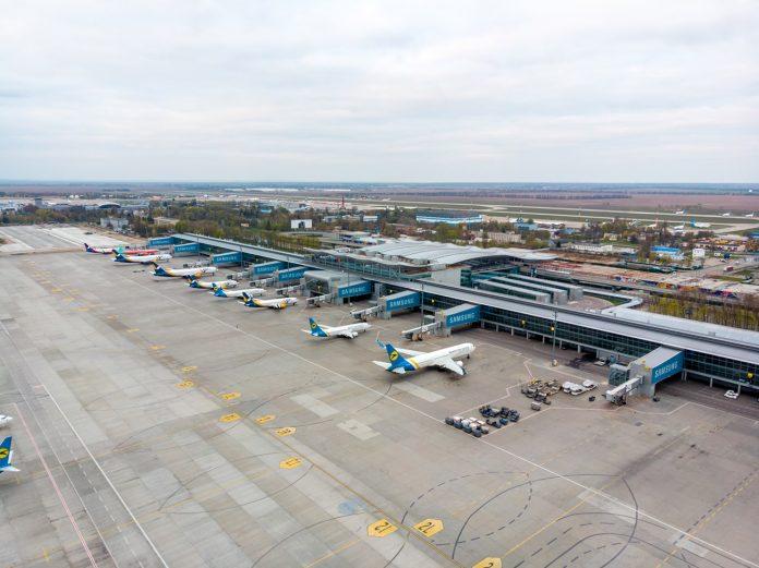 Вид с высоты на терминал D и перрон с самолетами МАУ в аэропорту Борисполь