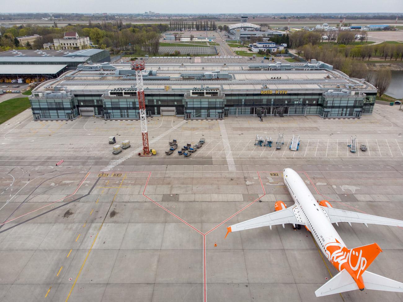 Самолет SkyUp и вид на терминал F аэропорта Борисполь с высоты