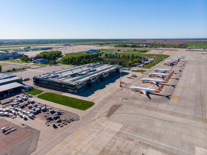 Вид на терминал F аэропорта Борисполь и припаркованные самолеты