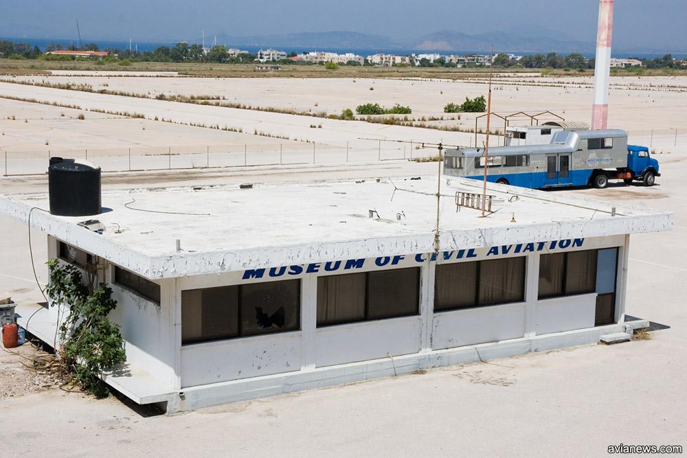 Музей авиации на перроне заброшенного аэропорта Элиникон в Афинах
