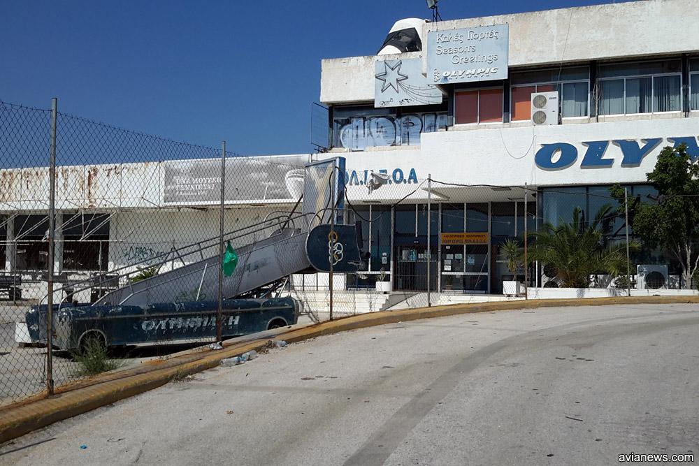 Самолетный трап рядом с терминалом Olympic Airways в аэропорту Элиникон