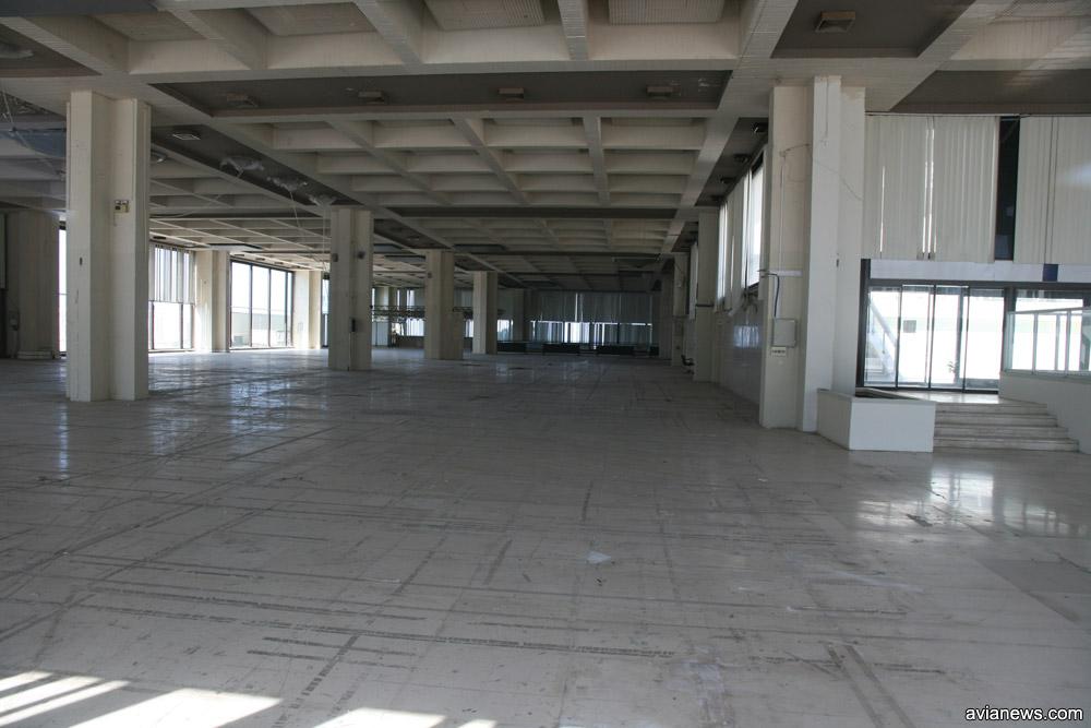 Пустота внутри брошенного терминала в аэропорту Элиникон