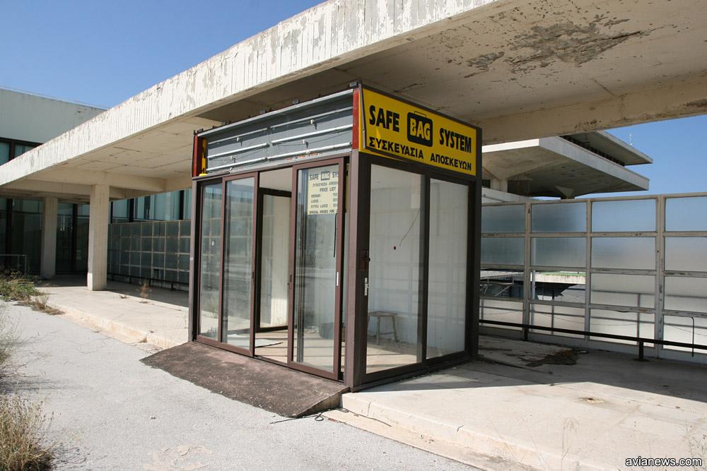 Будка упаковки багажа рядом с терминалом в аэропорту Элиникон в Афинах