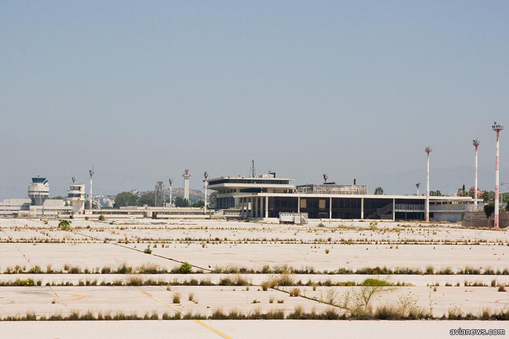 Терминал и перрон в аэропорту Элиникон
