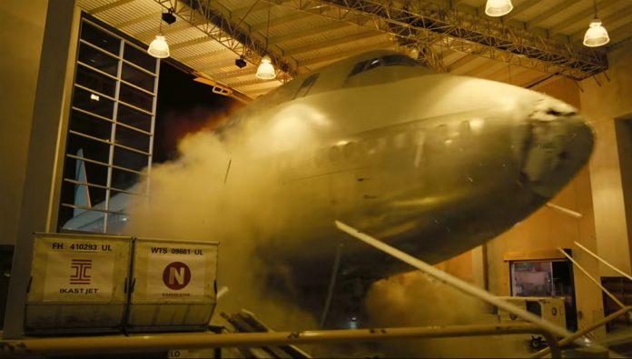 Boeing 747 въезжает в импровизированный терминал в фильме