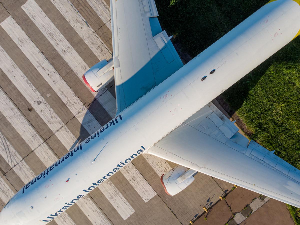 Самолет МАУ с высоты на взлетно-посадочной полосе в аэропорту Борисполь