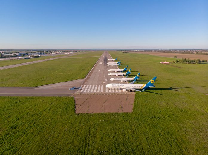 Самолеты МАУ припаркованы в торце взлетно-посадочной полосы по курсу 18R