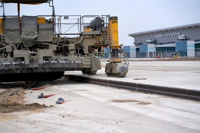 Укладка бетона на перроне перед новым терминалом в аэропорту Одесса
