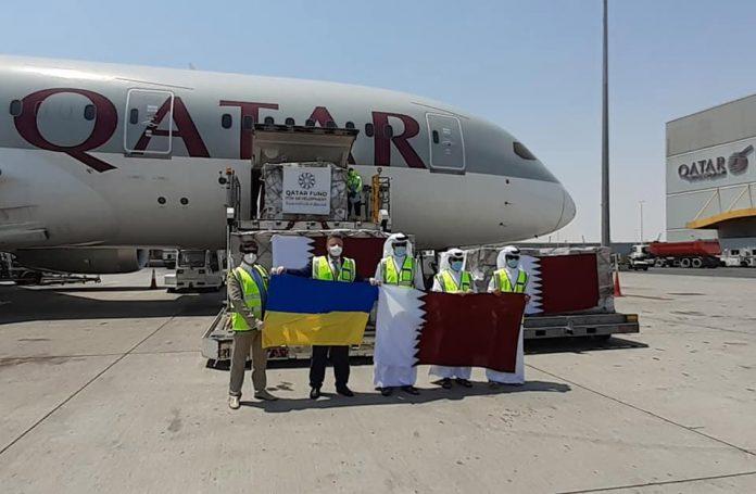 Boeing 787 Qatar Airways с товарами медицинского назначения в Дохе перед вылетом в Киев