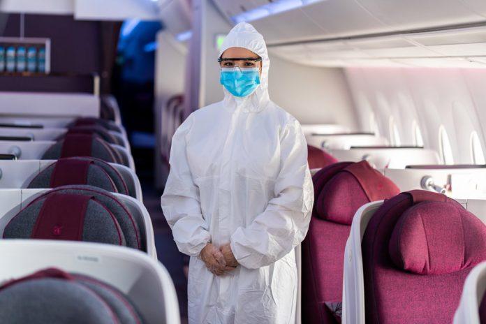 Бортпроводник Qatar Airways в защитном костюме, маске и очках