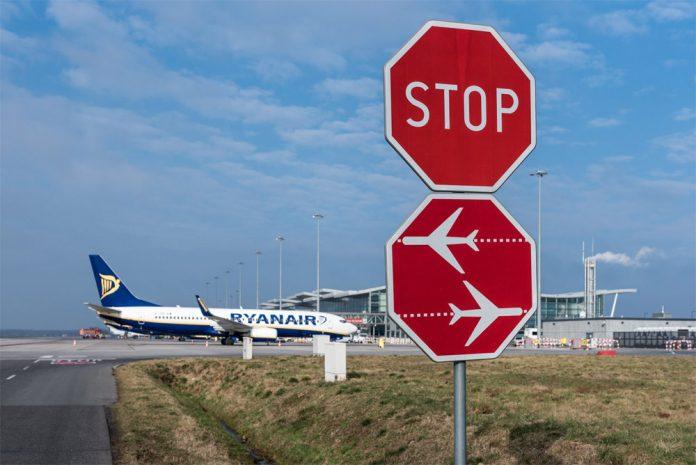 Boeing 737-800 Ryanair и знак STOP