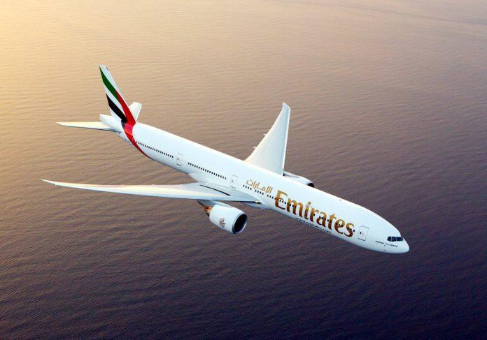 Boeing 777-300ER Emirates в полете