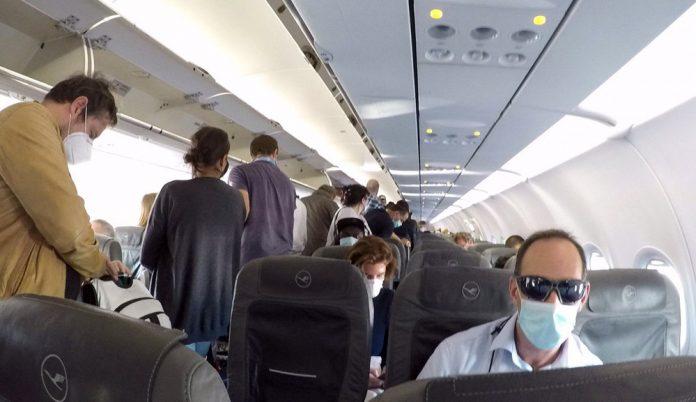 Процесс посадки в самолет. Пассажиры в масках