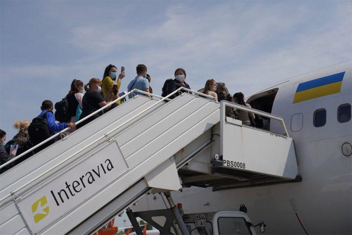 Посадка пассажиров в самолет МАУ