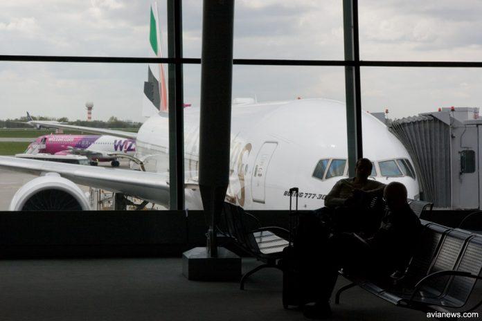 Пассажиры ожидают посадку в самолет в аэропорту