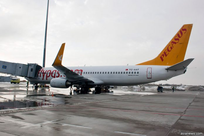 Boeing 737-800 Pegasus Airlines у телетрапа