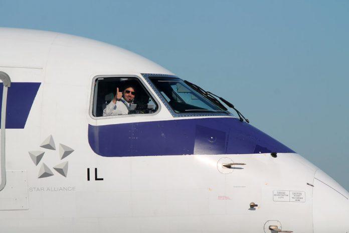 Приветствие пилота авиакомпании LOT после выполнения первого рейса Варшава-Вроцлав