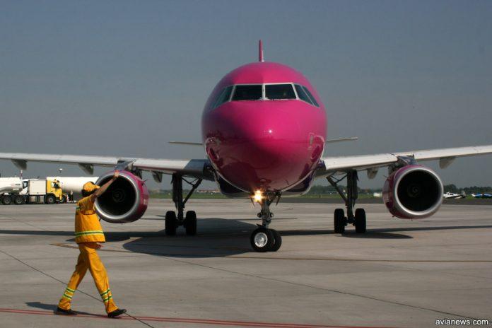 Самолет Airbus A320 с двигателями предыдущего поколения