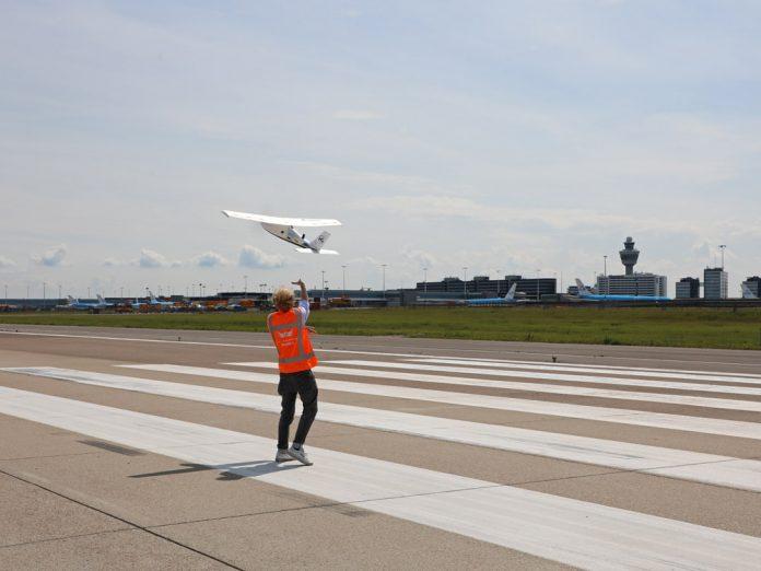 Запуск беспилотника с полосы в аэропорту Схипхол