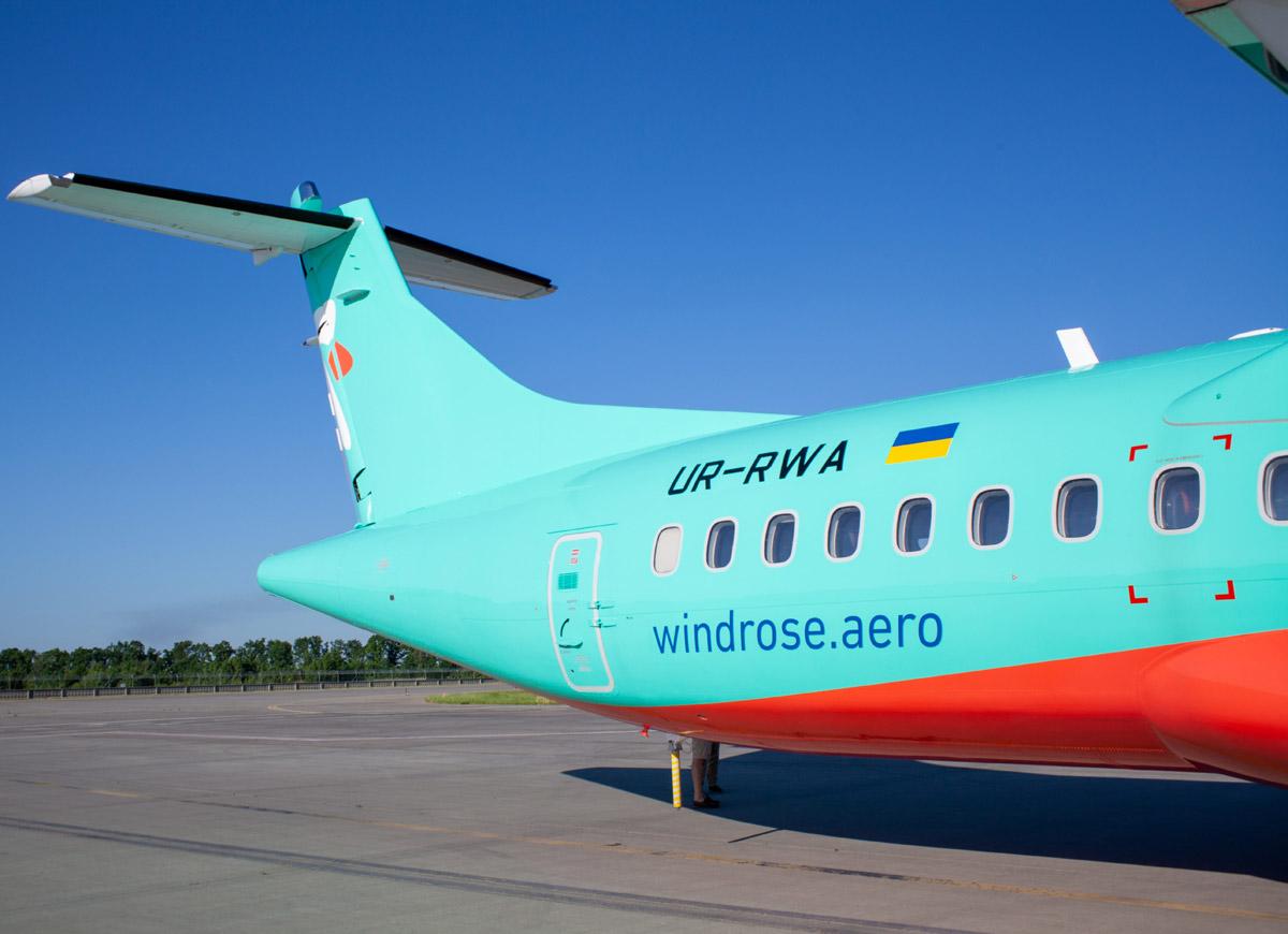 """Хвост ATR 72-600 """"Роза Ветров"""" с номером регистрации UR- RWA"""