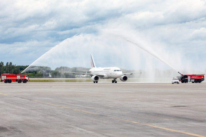 Водная арка для самолета Air France в аэропорту Борисполь