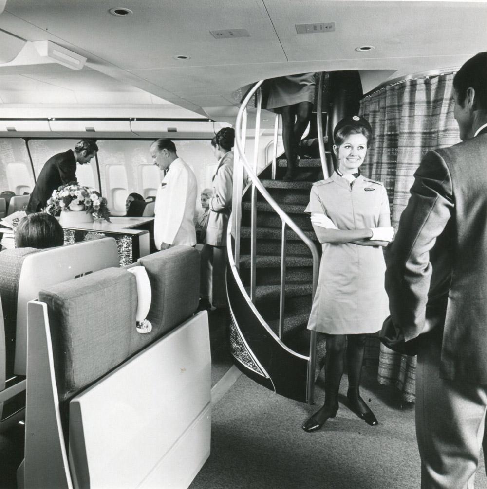 Винтовая лестница в салоне Boeing 747-100 British Airways, ведущая на второй этаж в зону отдыха для пассажиров первого класса