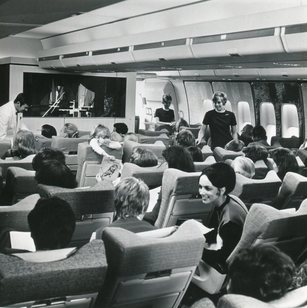 Салон эконом-класса Boeing 747-100 British Airways