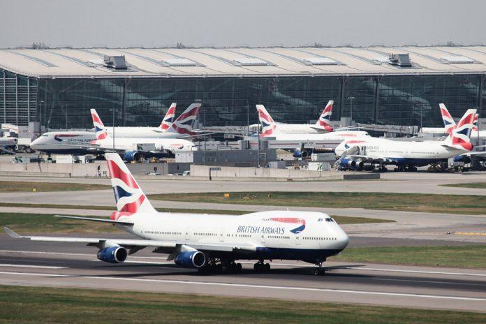 Boeing 747-400 British Airways на взлетно-посадочной полосе аэропорта Хитроу