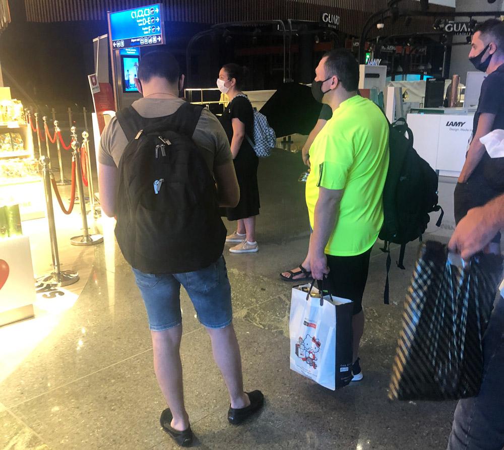 Очередь в магазин Duty Free в аэропорту Стамбула