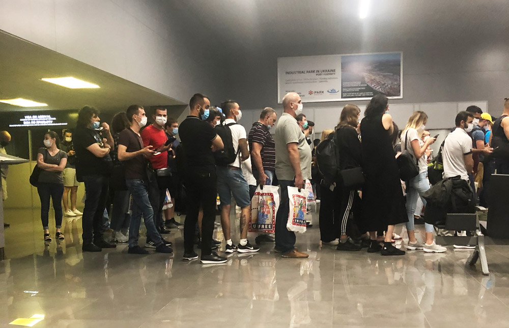 Очередь на паспортный контроль в аэропорту Одесса
