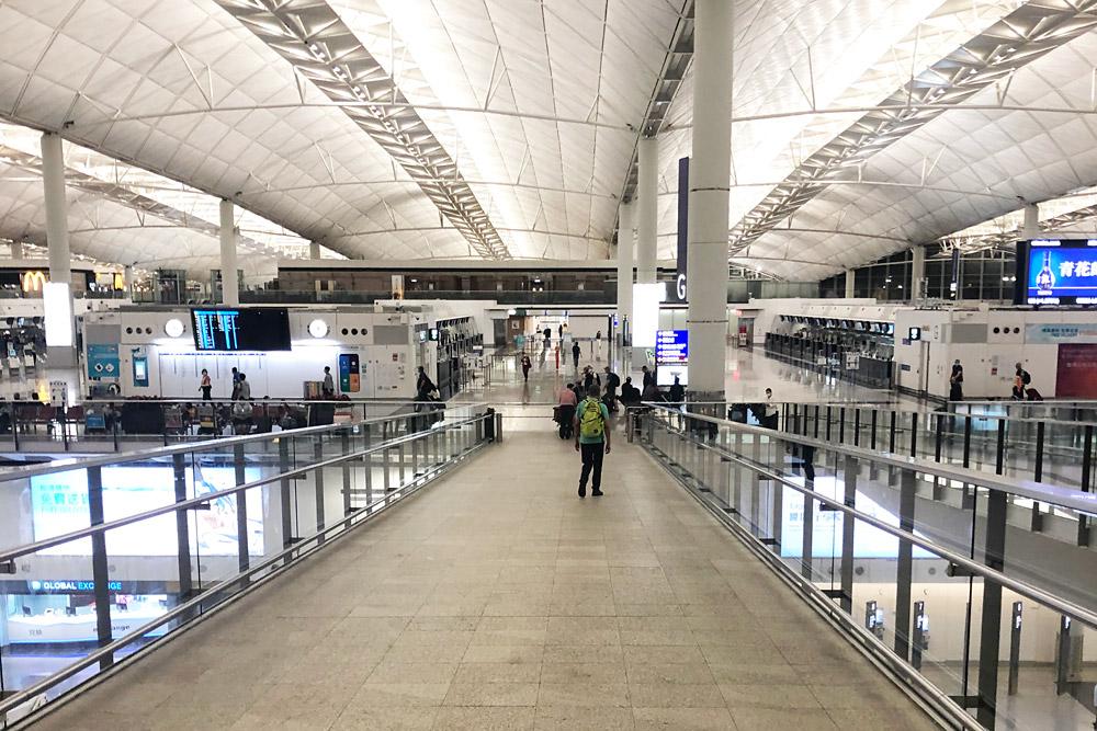 Зал регистрации в аэропорту Гонконга